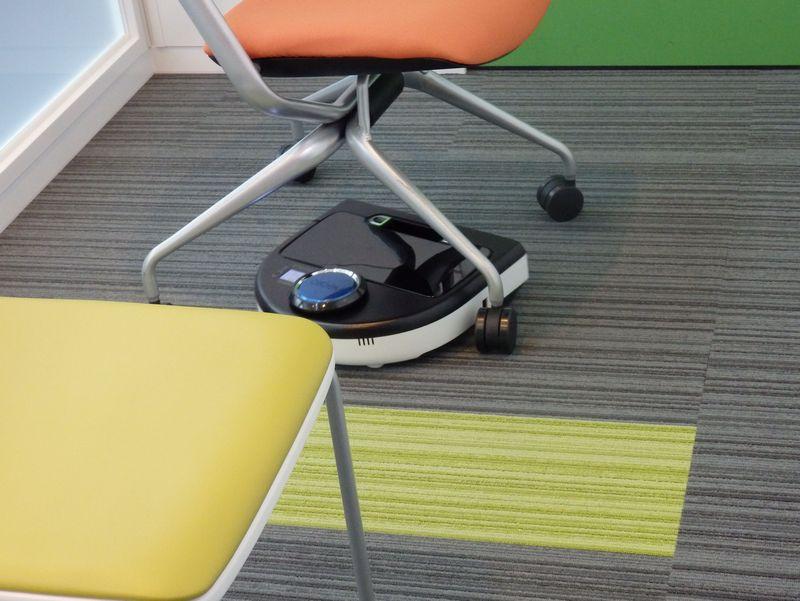 デモンストレーションでは椅子の脚の周りをきれいに掃除する様子が披露された