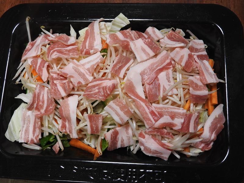 焼きそばはそばと野菜と肉を深皿置いて、あとはおまかせ