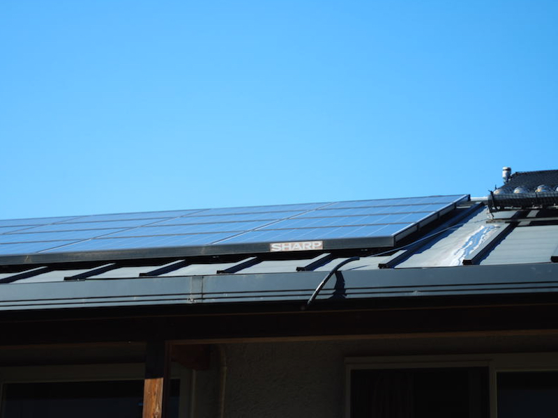 自宅の屋根に設置した3.6kWのソーラーパネル
