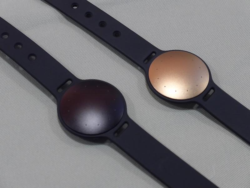カラーはローズゴールド(右)とカーボンブラック(左)の2色