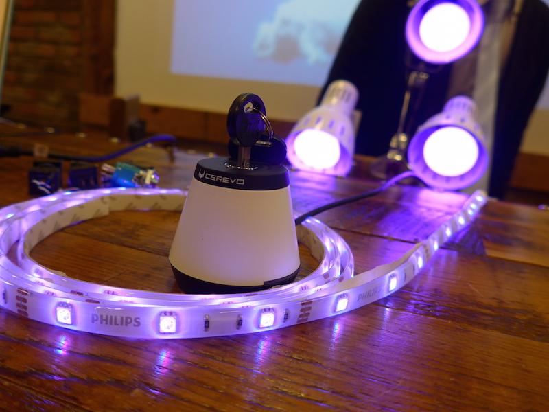例えば鍵を回すと、インターネット経由で、PHILIPSのスマート電球「hue」を点灯させるデモ