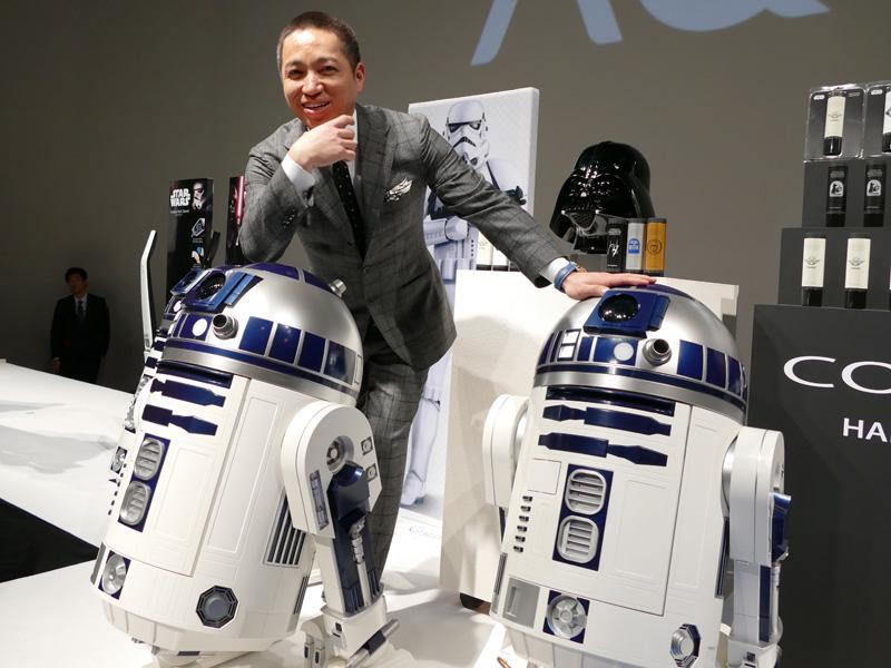 世界初となるR2-D2型移動式冷蔵庫と、ハイアールアジア 代表取締役社長兼CEOの伊藤嘉明氏