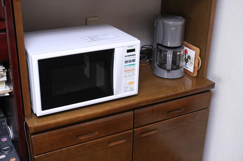 大きさは正面がほぼA4サイズで奥行き33cm。一般的な小型の電子レンジと同じ。庫内は17L。西日本と東日本仕様があるので注意