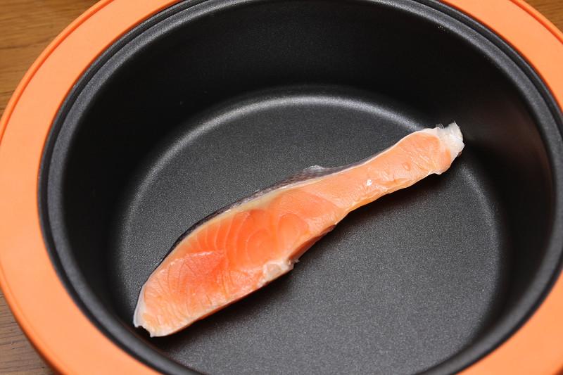 フライパンに切り身を入れて、焼き魚メニューを選ぶ