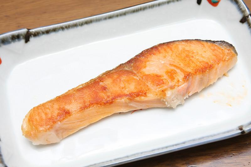 火加減、コゲ目も絶妙な焼き鮭が完成