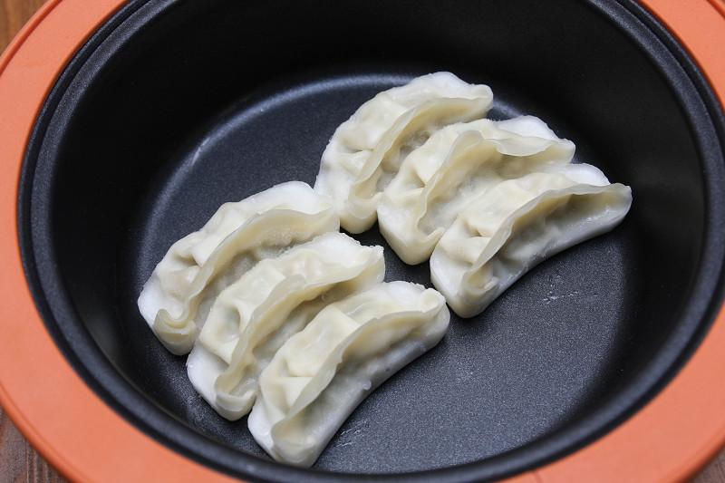 普通はコンロのフライパンで作る冷凍餃子でも、電子レンジでほったらかし調理がOK