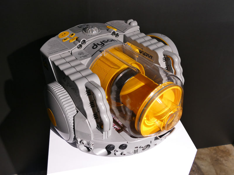 ダイソンで最初に作ったロボット掃除機。サイクロンシステムを中央に備えたダイソンらしい製品