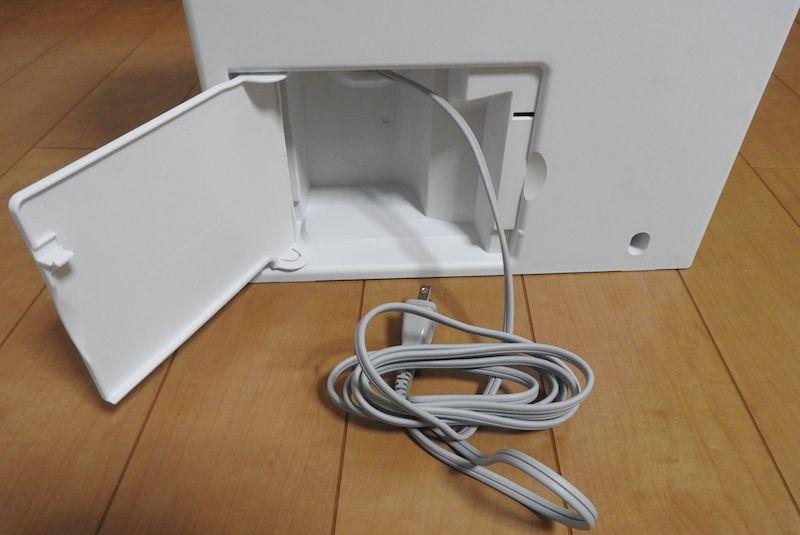 電源収納スペースはゆとりがあり、電源コードをしまいやすい