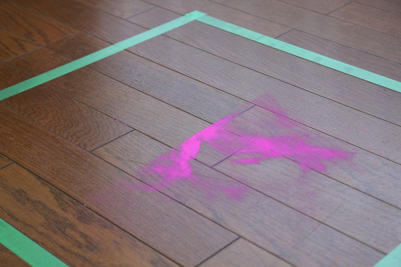 ダイソン360eyeが通ったあとがはっきり残る。ピンクの擬似ゴミは花粉サイズの微粒子ゴミだが、撒き散らかすこともなく、シッカリ吸い取る