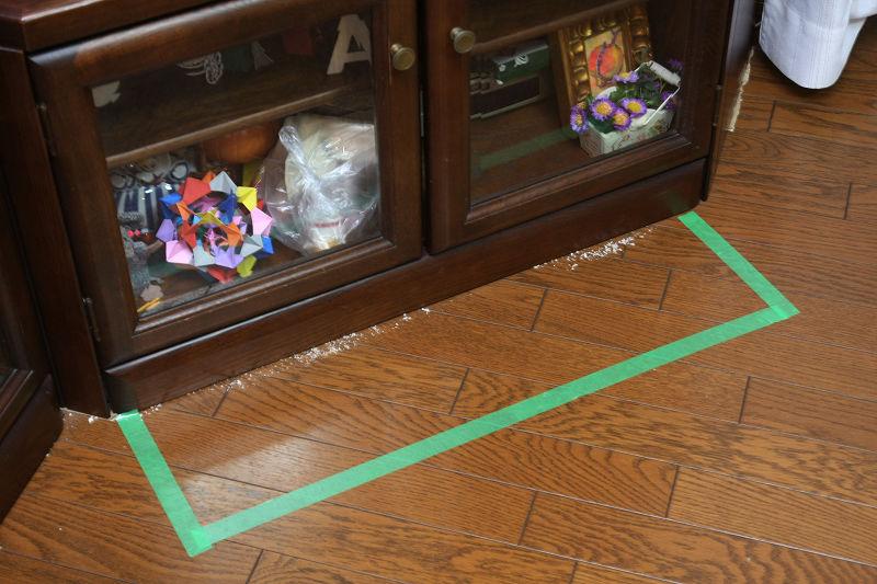 【ダイソン360eye】触覚のような回転ブラシがないので、ゴミを撒き散らかさない。壁に足して斜め45度のローボードは、ロボット掃除機が苦手とするが、ロボット掃除機の中でも1,2位を競えるほどキレイな仕上がり