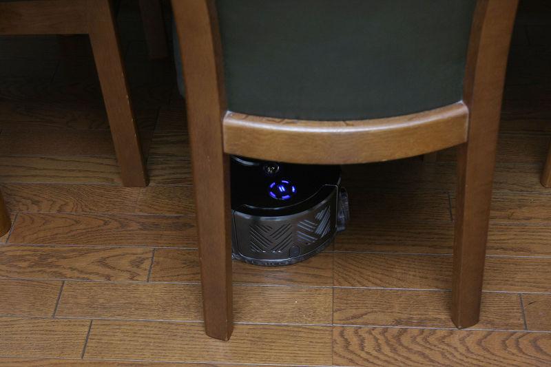 一般的なロボット掃除機の直径に比べると10cm以上も小さいので、ダイニングテーブルの下にもスイスイ入り込んで掃除してくれる