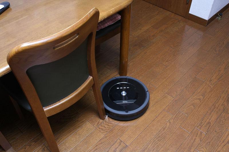 一般的なロボット掃除機は直径が大きくて、中まで入り込めないことが多かったダイニングテーブルの下