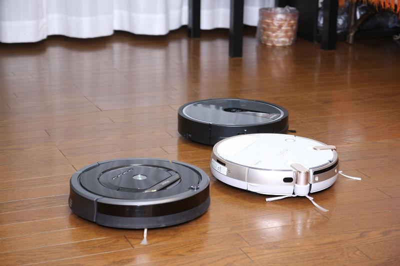 一般的なロボット掃除機の丸型ボディは家具に引っかからず合理的。入った隙間からは必ず出られるのが特徴。高さはどれも一緒で、触覚のようなブラシがついている