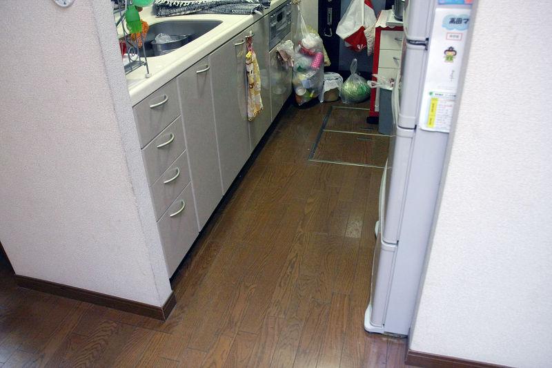 """縦長のキッチンも""""コ""""の字の走行パターンで掃除するため、かなりてこずっていた"""