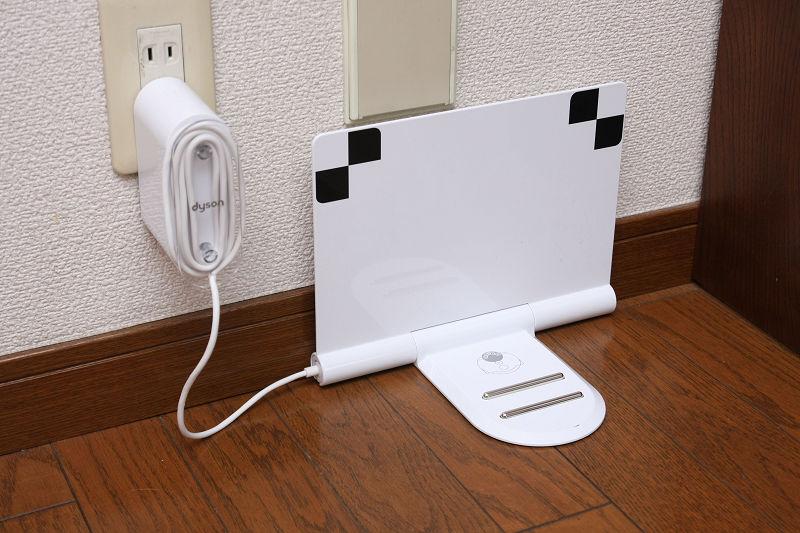 ダイソン360eyeの充電台。赤外線発信器がないので、壁にピタリと寄せられるが、本体の視界に入らないと探し出せない