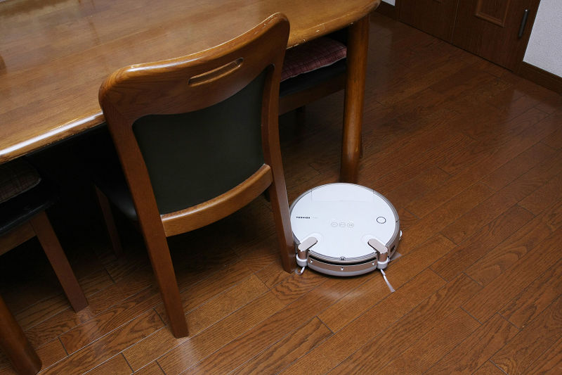 直径は大きいが薄いのがこれまでのロボット掃除機。イスの足の間などわずかに通れないものがあった