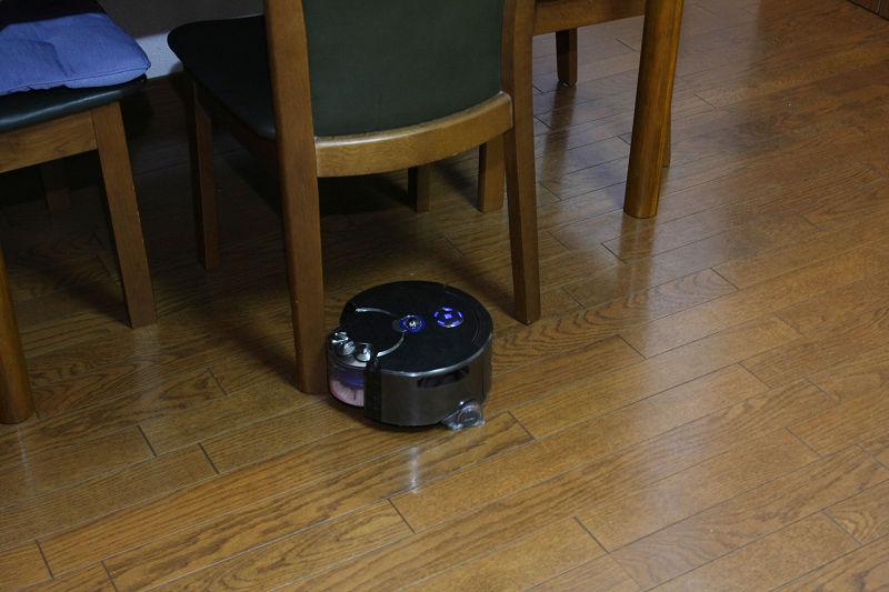 直径を小さくしたぶん高さが出たダイソン360eye。イスの足の間もスイスイ走行して、テーブルの奥まで入れる