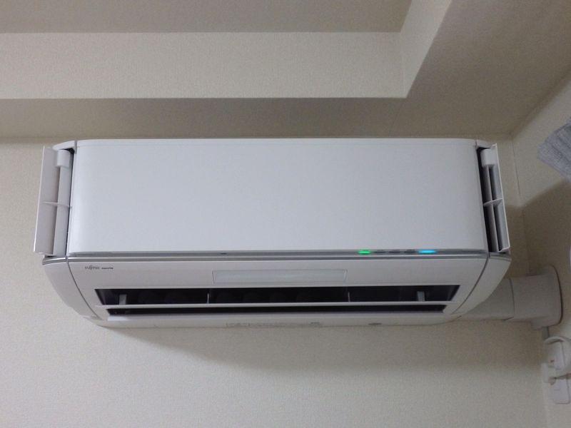 暖房運転時も運転開始当初の暖気が出るまでの間は、フラップが下を向かず、準備体制になっている