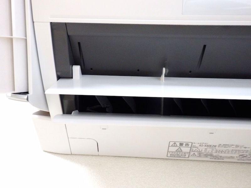 大きな2枚のフラップで床に送られる暖気は、設定どおり左方向(部屋の中央)に向いているのが確認できる