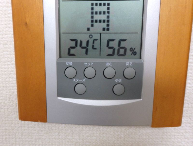 ややしばらくするとエアコンと対角線上の位置に掛けてある温湿度計の数字が、設定温度に24℃に。湿度は1%しか減っていない