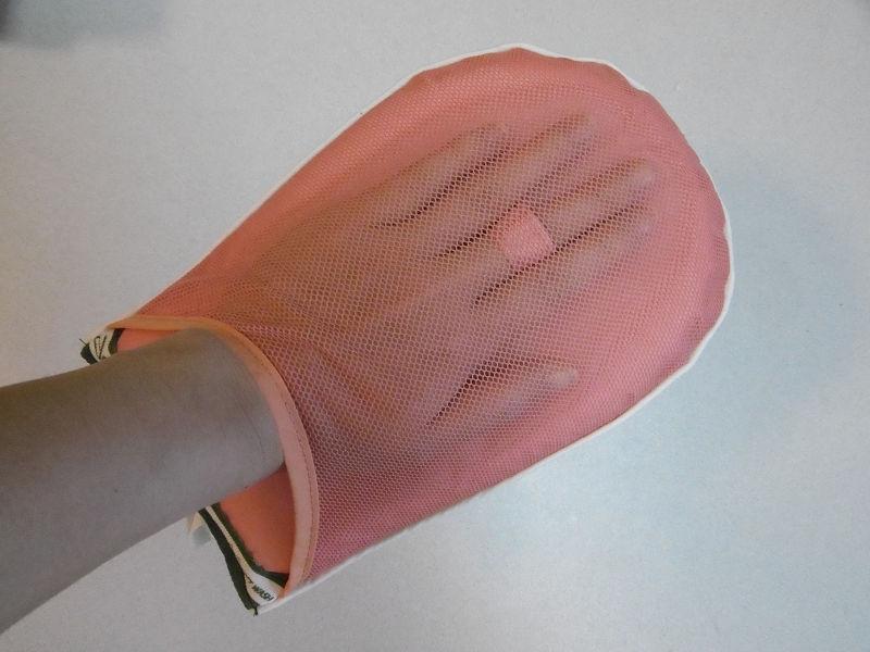メッシュ加工で通気性が良い。中指を引っ掛けられるので安定している