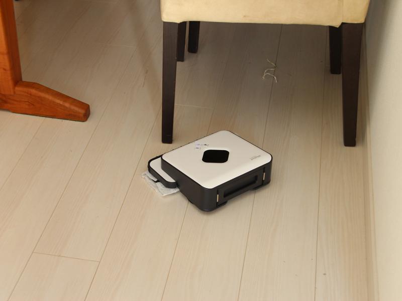 椅子の下はもちろん、汚れがちなキッチンの床もきっちり掃除してくれる。音が静かで、時間を気にせず使えるのが魅力