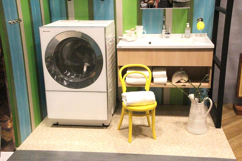 これまでのドラム式洗濯機とは異なる直線的なデザインでサニタリー空間に調和するという