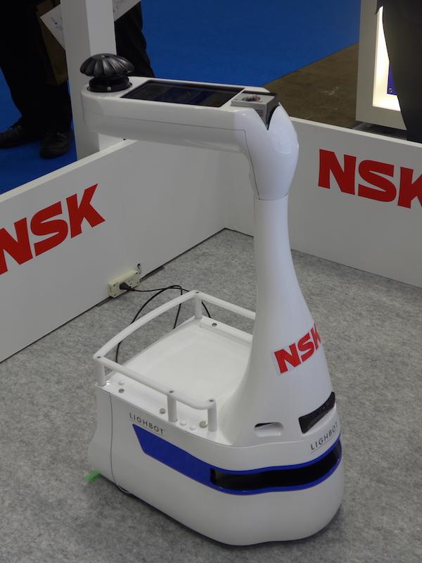 6軸方向の力などを感知する光学式力覚センサを搭載した、案内誘導ロボット