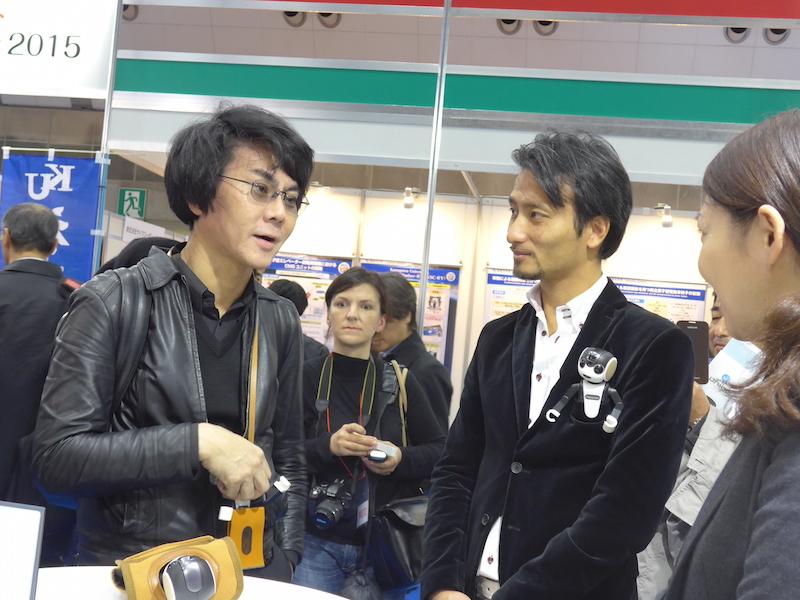 RoBoHoNの展示コーナーに立ち寄っていた、大阪大学教授の石黒浩教授と、デザインを担当した高橋智隆氏