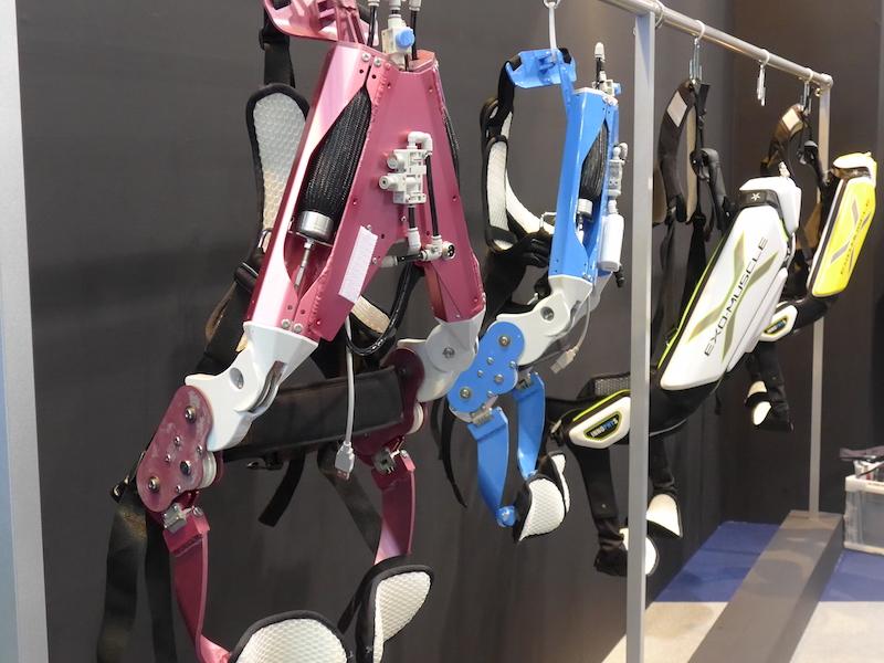 東京理科大学発のベンチャー企業「イノフィス」は、様々なパワードスーツを展示し、実際に試着も可能だ