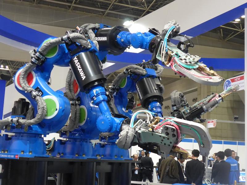 多くの工業用ロボットも展示されている