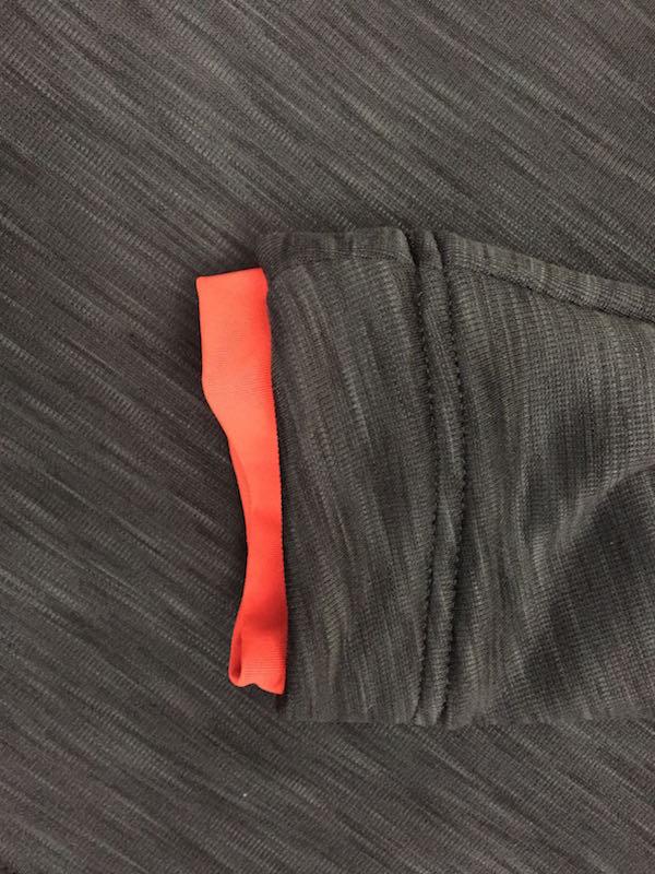 袖口や襟元にヒートシールというパーツを新たに装備し、衣類内部の空気を逃さずに暖かさをキープ。肌に密着することで体感温度も高める