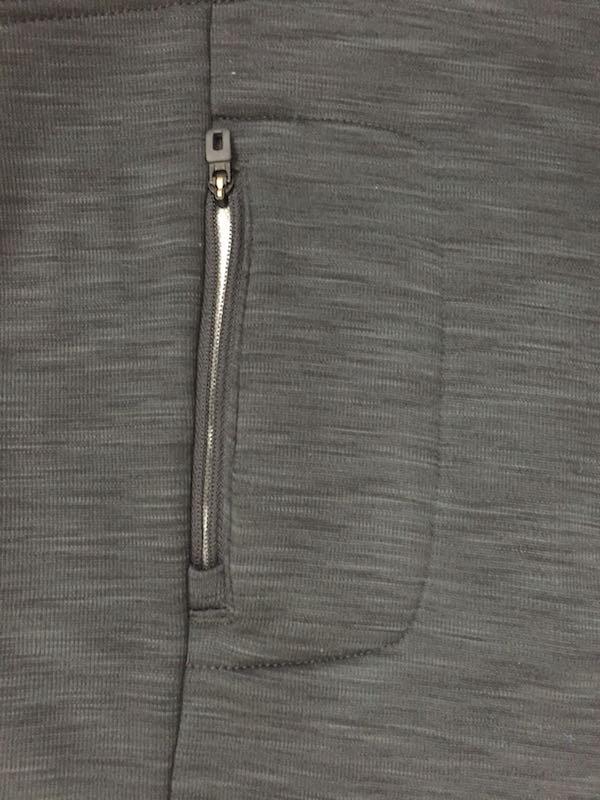 背面には鍵など小物の収納に便利なジップポケット。残念ながらiPhone 6Sは入らない