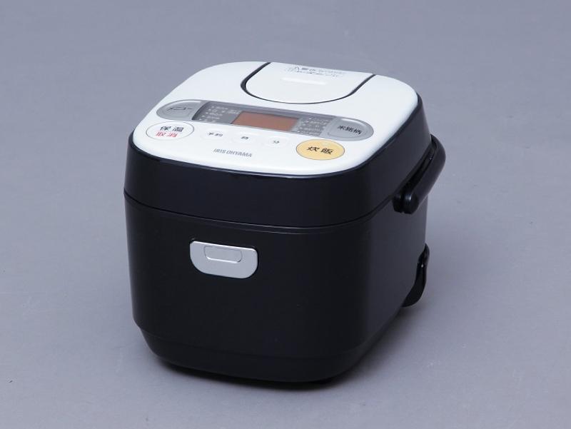 """31銘柄の炊き分けが可能な3合炊きタイプ。お米の銘柄に合わせて最適な火力と時間を調整し炊きあげる。3.1㎜の極厚釜と高火力によって、炊きムラを抑えた炊き上がりを可能に。<a class="""""""" href=""""http://kaden.watch.impress.co.jp/docs/news/20151116_730847.html """" target=""""_blank"""">アイリスオーヤマ「銘柄炊き ジャー炊飯器 RC-MA30-B」</a>実勢価格:8,700円"""