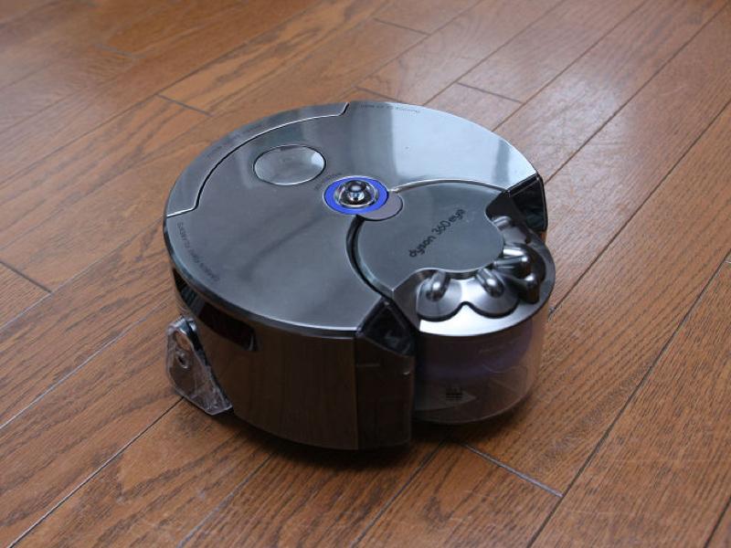 """キャニスター型掃除機に搭載されているサイクロンシステムと、強力な「ダイソン デジタルモーター V2」を搭載。内蔵カメラによって周囲の環境を把握し、効率よく室内を掃除する。<a class="""""""" href=""""http://kaden.watch.impress.co.jp/docs/column_review/kdnreview/20151125_732005.html"""" target=""""_blank"""">ダイソン「360 Eye」</a>実勢価格:149,040円"""