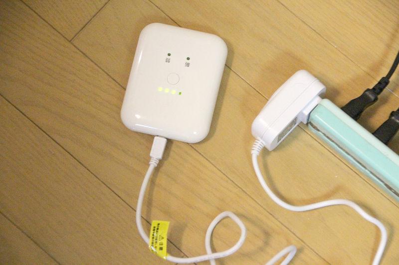 ACアダプターに接続して充電する