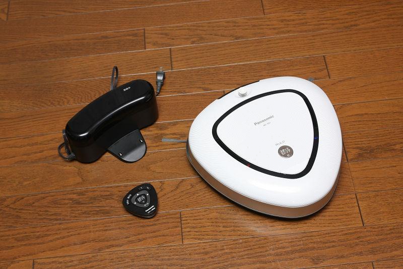 パナソニックのロボット掃除機「ルーロ」。小さくて黒い三角は専用リモコン