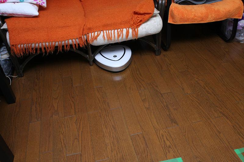 家具の下回りへの進入も楽々。またバンパーセンサーが非常に優しく、軽い家具でもあまり引きずることはなかった