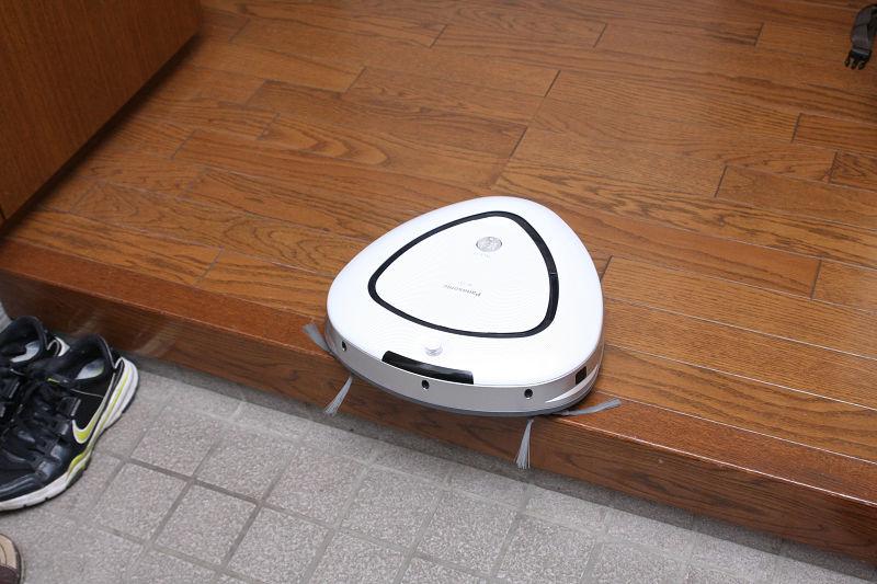 落下防止センサーも他のロボット掃除機同様。キチンと機能する