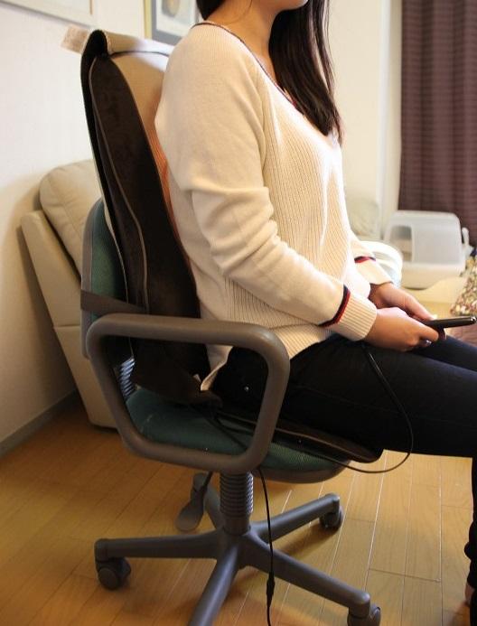 背筋を伸ばした状態では腰にもみ玉が当たりやすい