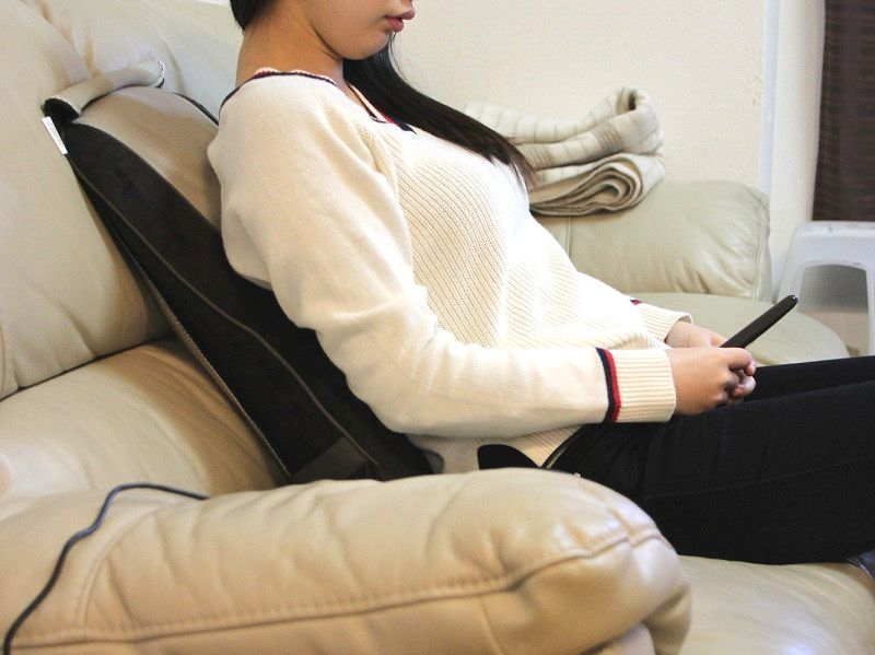 ソファで使うと、よりマッサージしたい部位にもみ玉を当てやすい。ただし固定していないのでズレてしまいがち