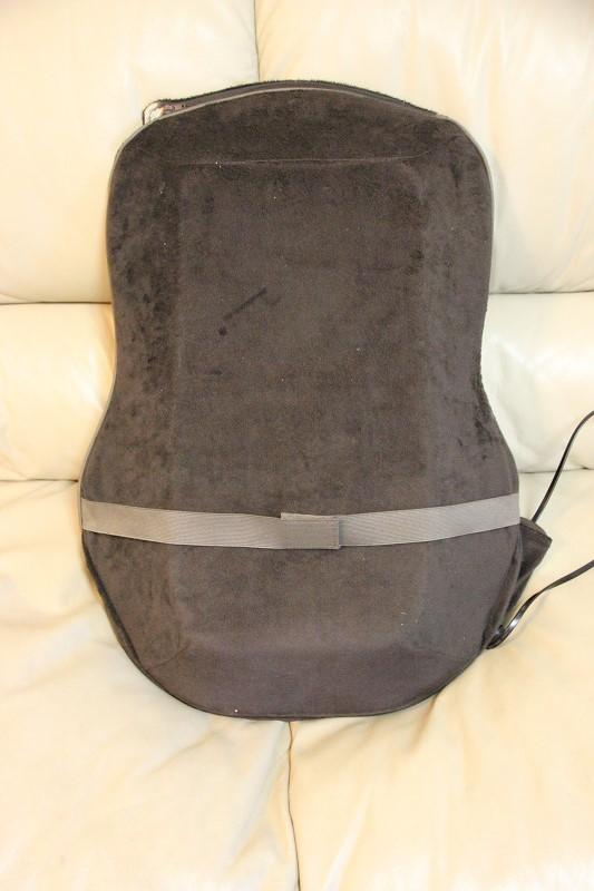裏側に固定ベルトを搭載。椅子などに固定する際に使う