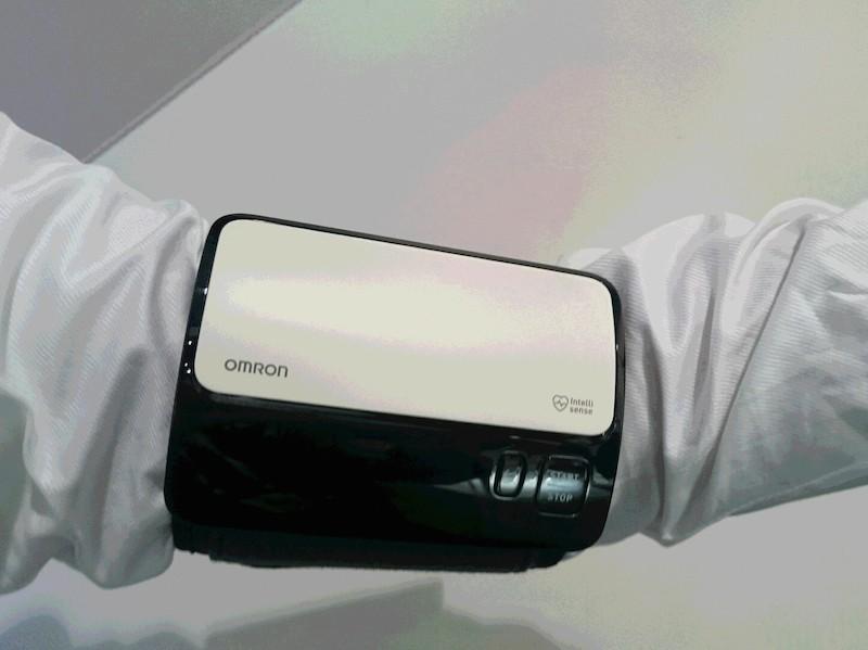 一体化することで小型化した「本体・カフ一体型上腕式血圧計」