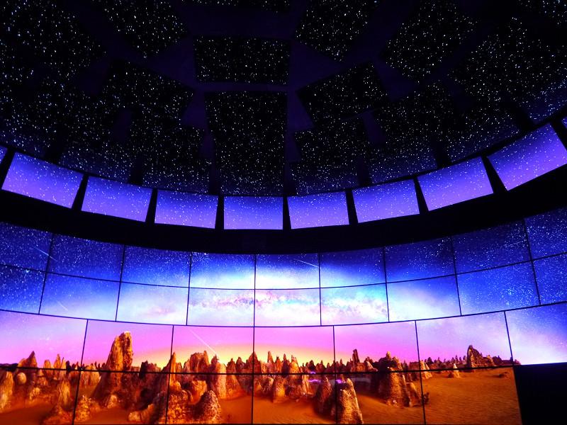 ブースの入口では、55型、65型、77型の有機ELパネルを112枚使って星空などを演出