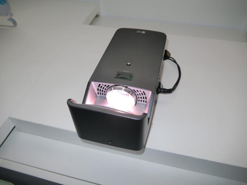 38cmの距離から100型の画面表示が可能な短焦点プロジェクター