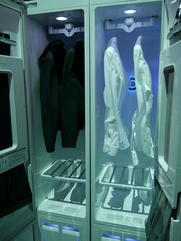 電子クローゼットの展示も行なわれた。衣類を振動させホコリを落とす