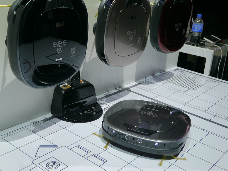 「コードゼロ」として展開するコードレス掃除機製品群も展示。左からキャニスタータイプ・ふとん掃除機・ロボット掃除機