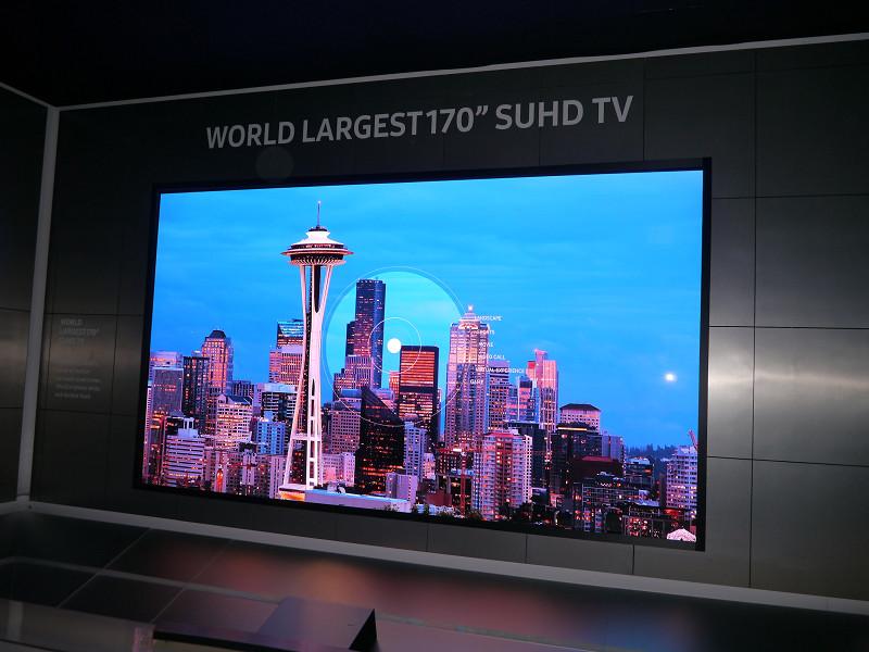 170型の8Kディスプレイ。世界最大の大きさであることを示す