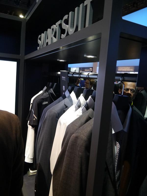 SMART SUITは韓国で注目されている新たなスーツ。NFCタグを内蔵し、スマホと連動し、様々なサービスを利用できる