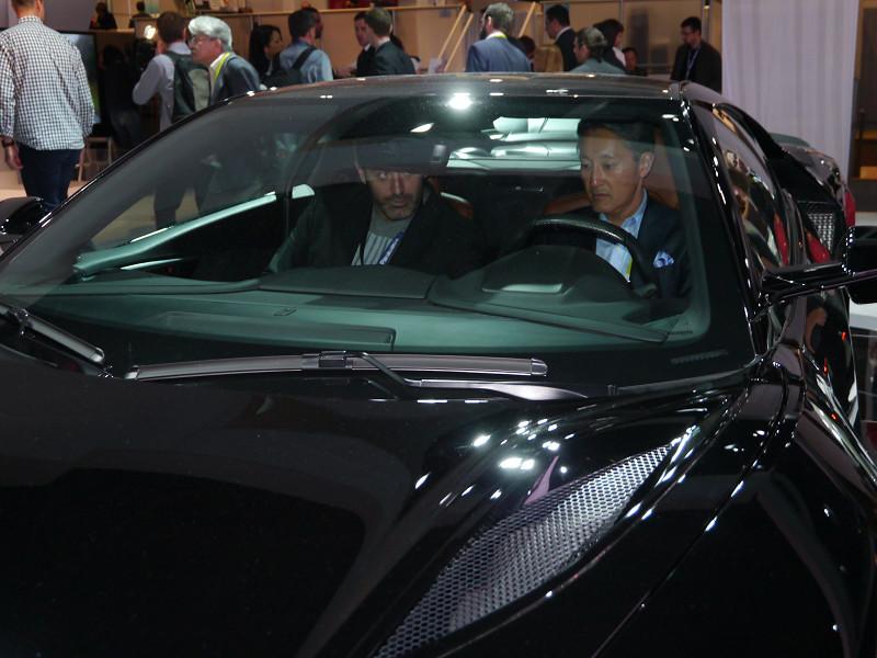 ソニーの平井社長は、展示されていたアキュラNSXに乗り込み、オーディオを体験する一幕も